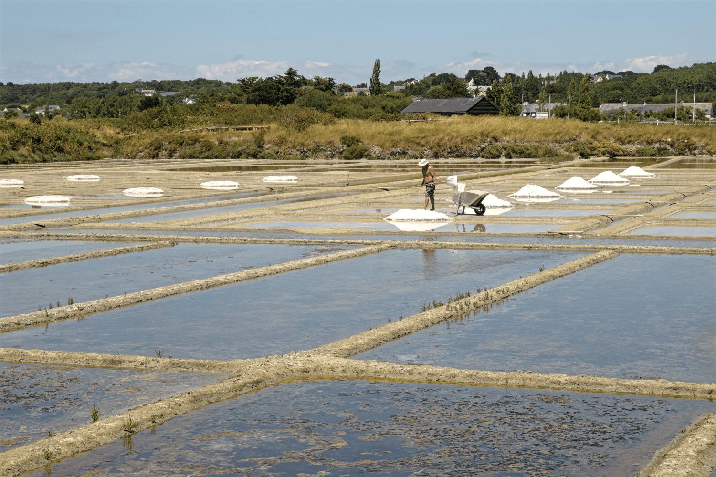 Ein Salzbauer bei der Arbeit