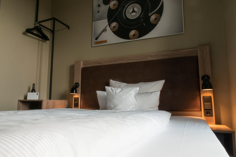 Bockspringbett mit Schalplatten-Bild