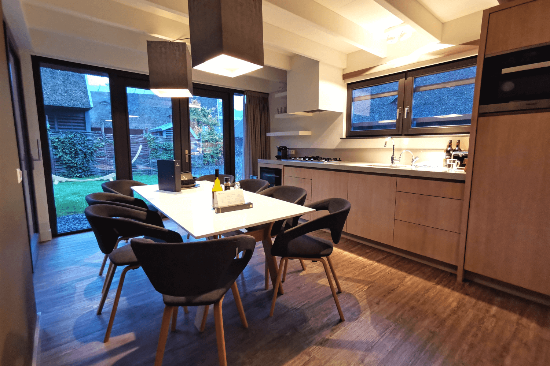 Die Küche mit Esstisch für 8 Personen