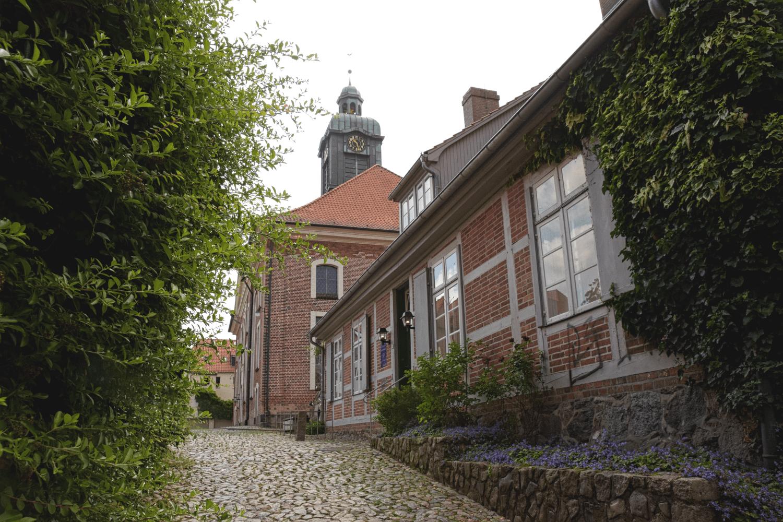 Vorne das Barlach-Museum, hinten der Turm der Stadtkirche St. Petri