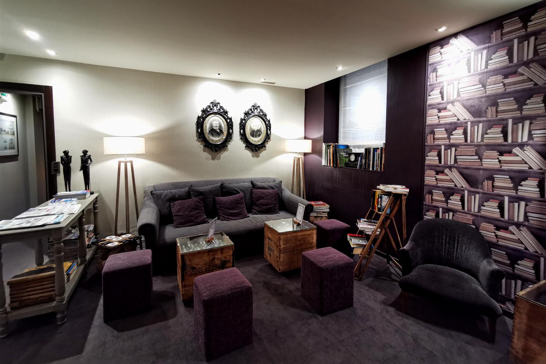Gemütliche Sofa-Ecke zum Entspannen im Hotel Voltaire Opéra