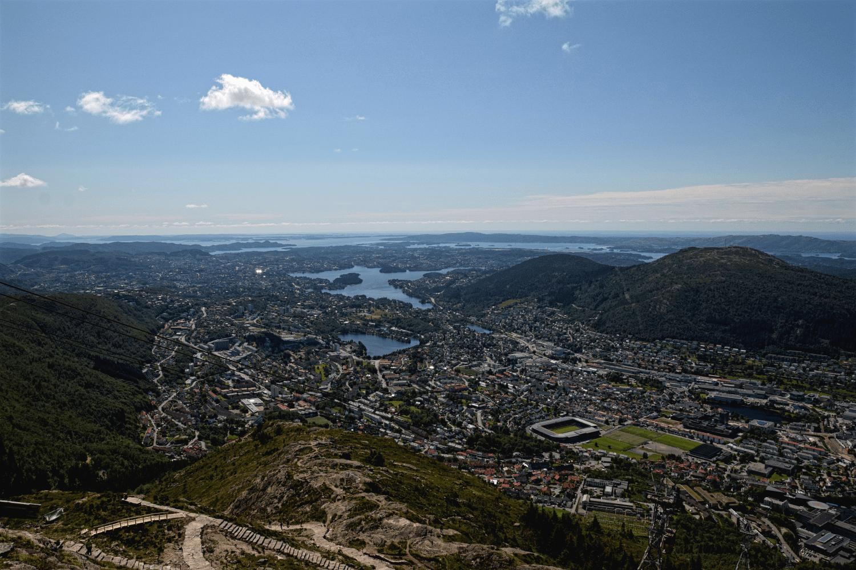 Stadt, Fjord, Berge so weit das gute Wetter reicht