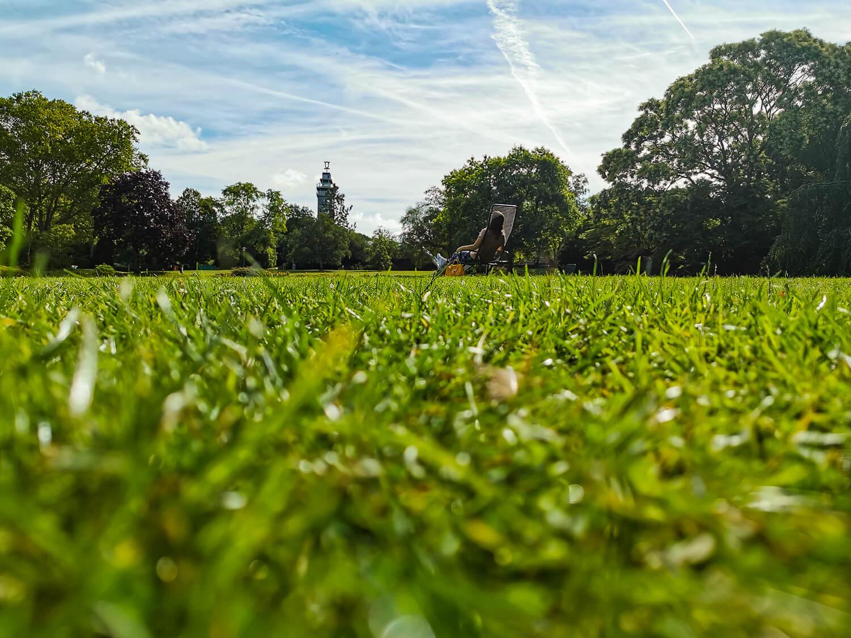Riesige Rasenflächen laden zum Chillen ein