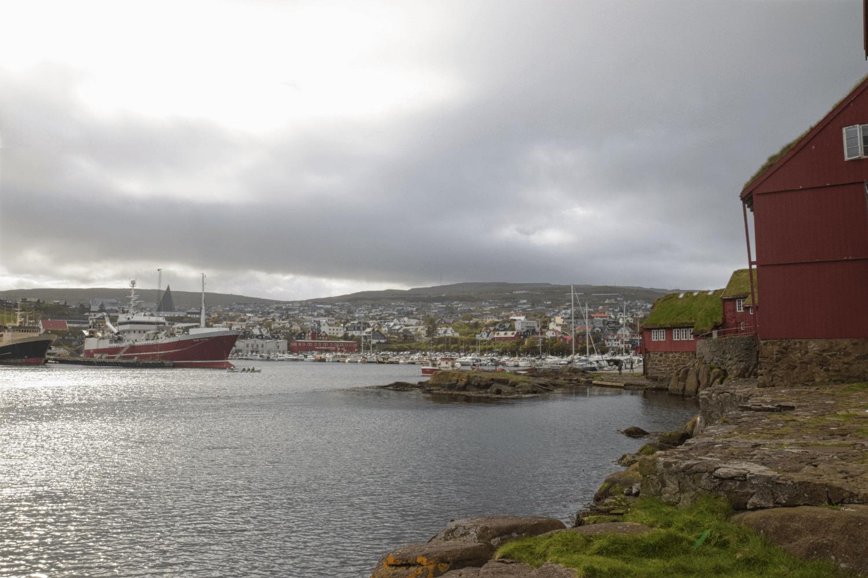 """Im Viertel """"Tinganes"""", mit Blick auf den Hafen"""