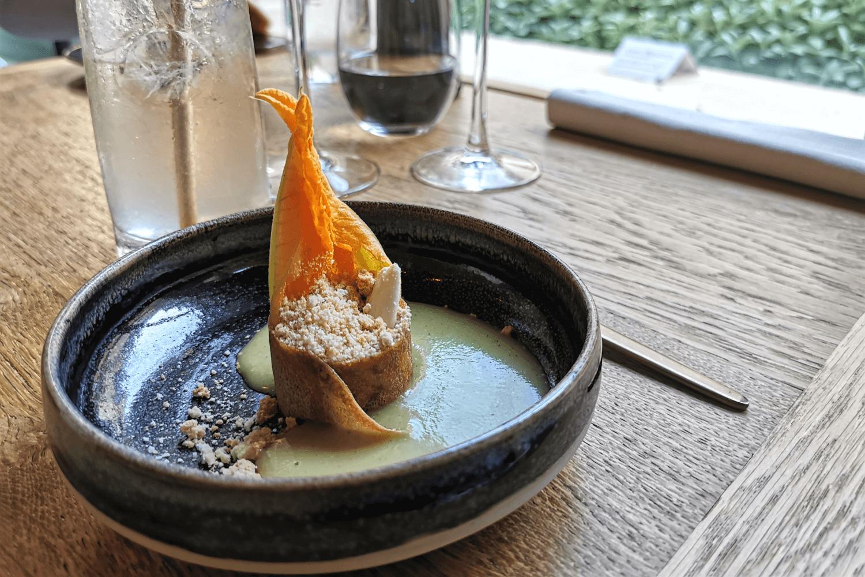 Kalte Zucchinisuppe mit Mandelcrumble