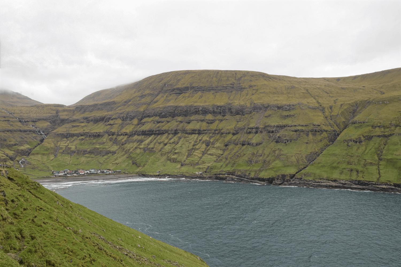 Der Ort Tjørnuvík liegt tief in einer Bucht