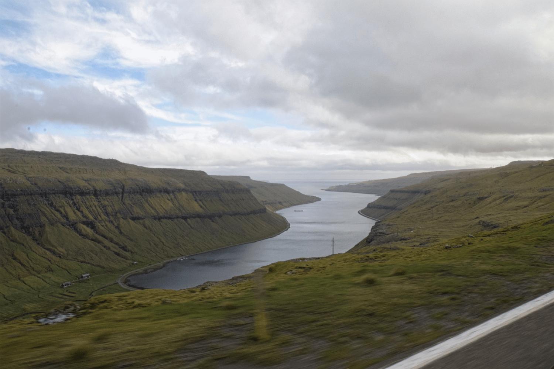 Von der Straße Nr. 10 habt ihr einen fantastischen Blick auf den Kaldbaksfjørður