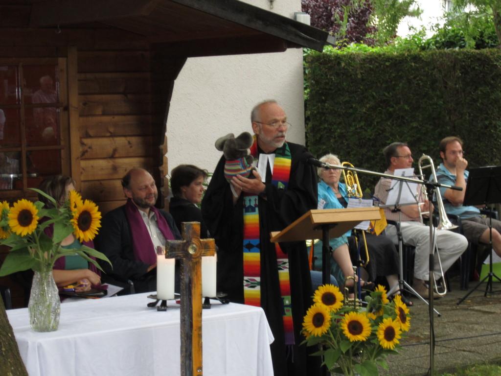 """Pfarrer Metzger prdedigt unter dem Motto """"Gemeinsam unterm Kirchendach"""""""