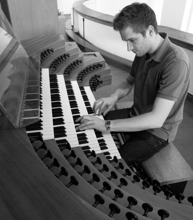 an der Klais-Orgel der Augustinerkirche Würzburg