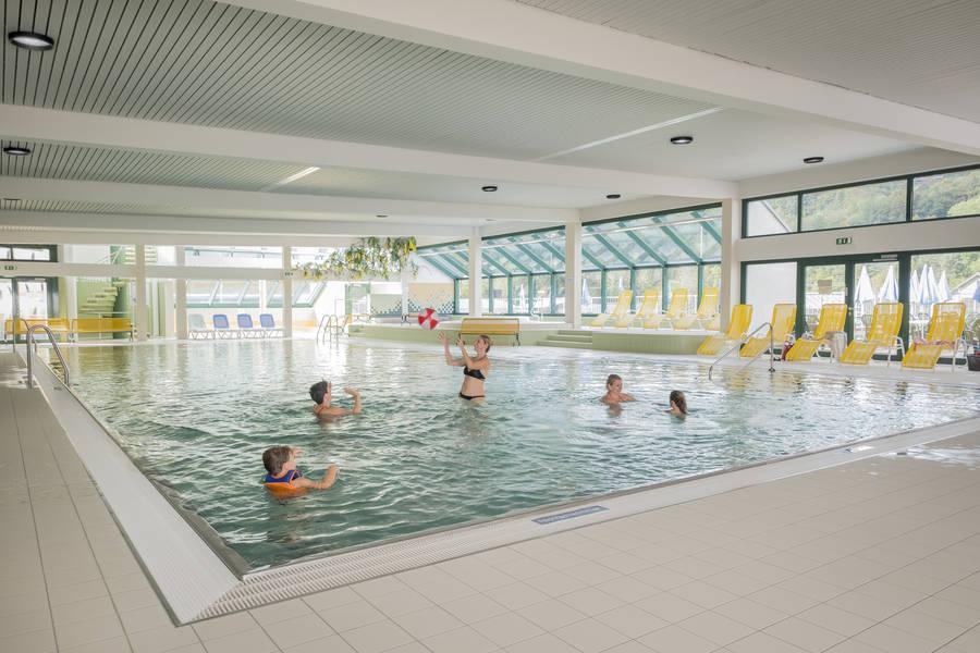 Die Schwimmbecken in der Halle