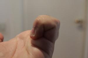 dettaglio su come serrare ciascun dito