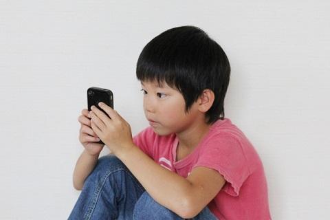 スマートフォンに夢中になっている子ども