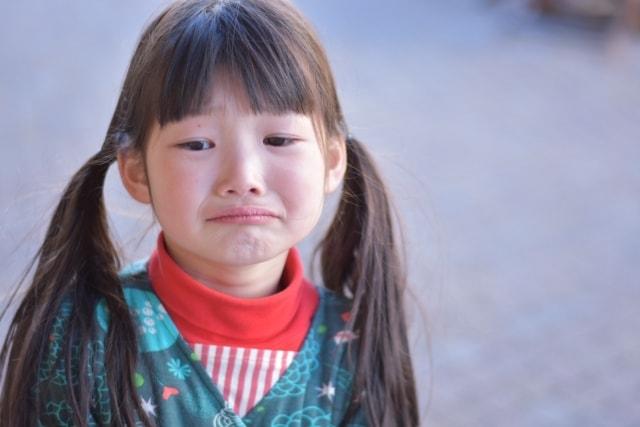泣きそうになっている子ども(女の子)