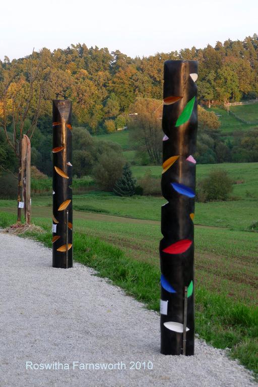 Stele o.T. (bunt) 2010, Kieferstamm, Acryl, Wachs,  200 x 30 cm