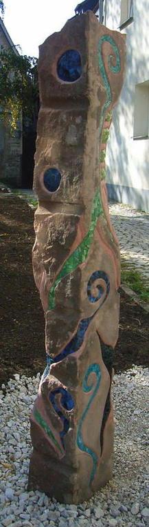 """Stele Ornamentic 2010, Publikumspreis 2. Platz - """"Was Neues im Graben"""" Hersbruck, Sandstein mit Glasmosaik 200 x 25 x 25 cm / Ankauf Kulturscheune Leutenbach"""