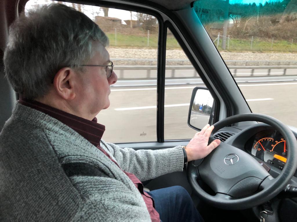Bitte während der Fahrt nicht mit dem Fahrer sprechen.