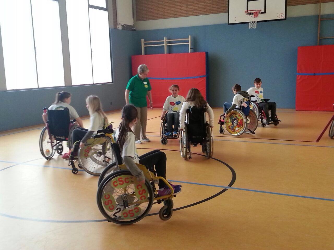 Übungen mit dem Rollstuhl
