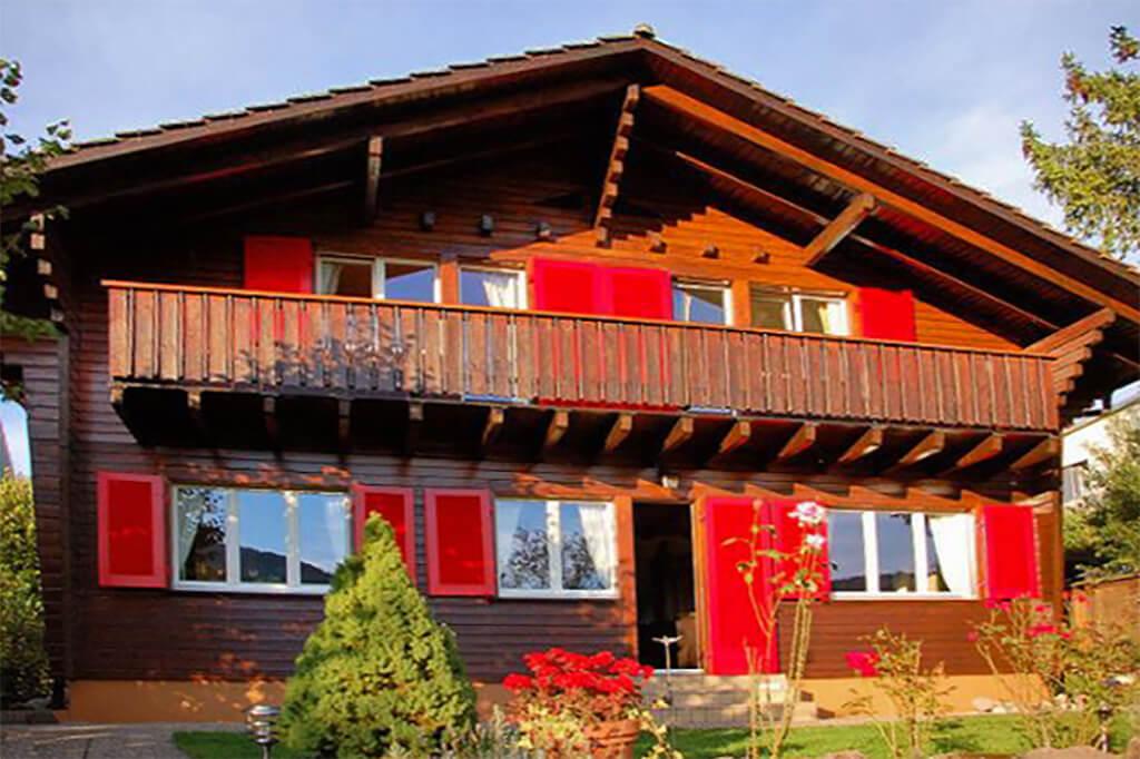 Holzfassade an einem Haus streichen