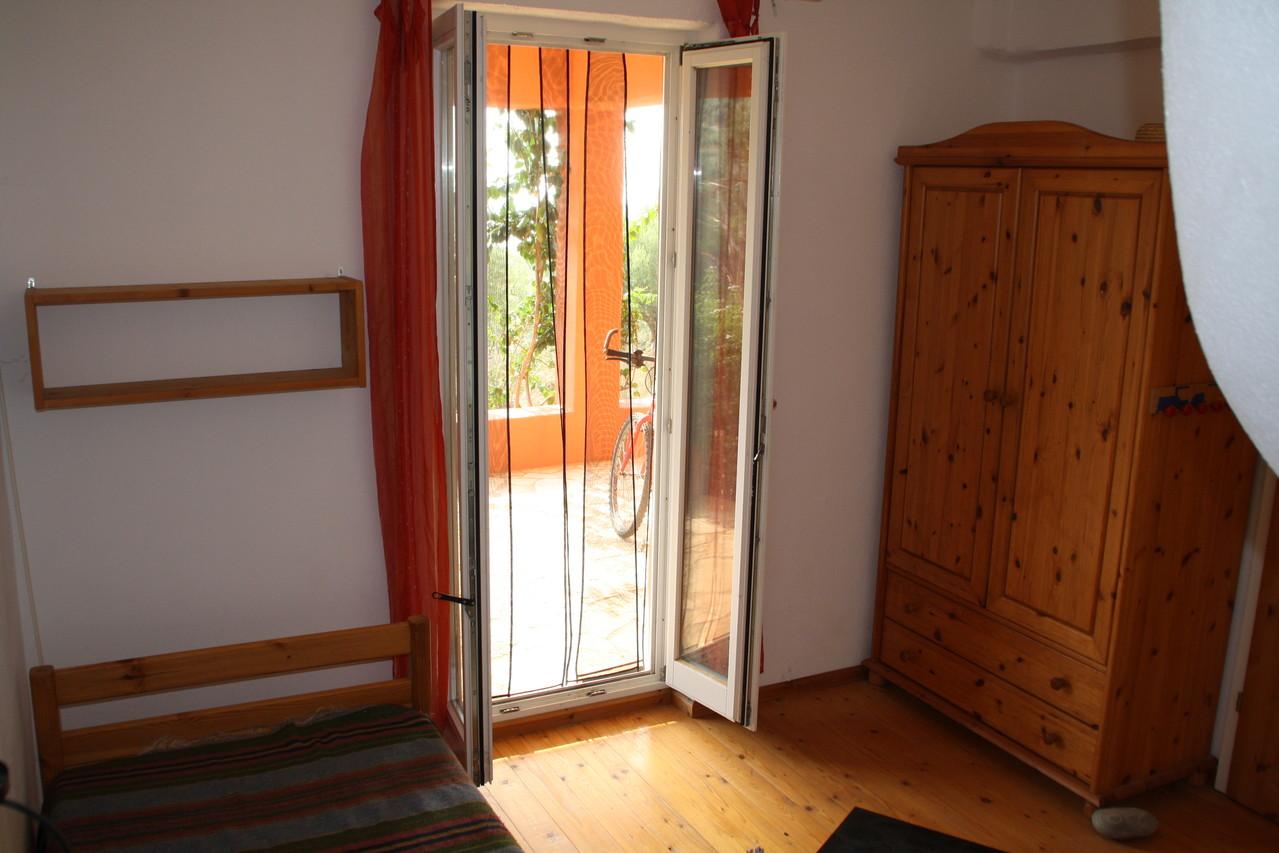 Schlafzimmer 2, mit Zugang zur unteren Terrasse