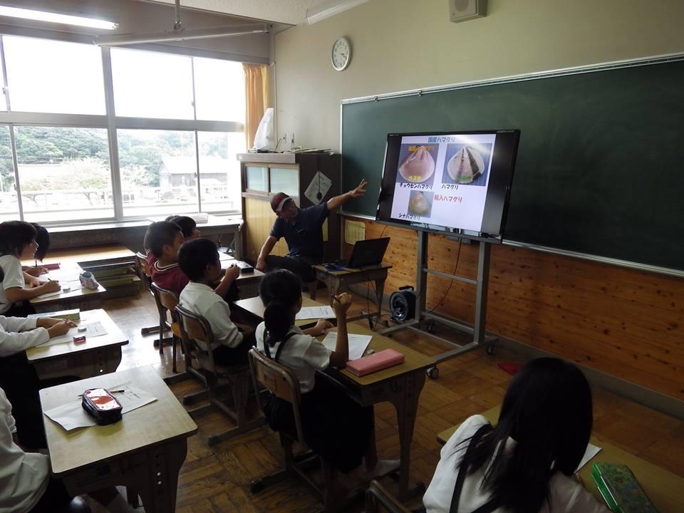 巨大ハマグリの授業風景です。小学生の手より大きいんですよ!