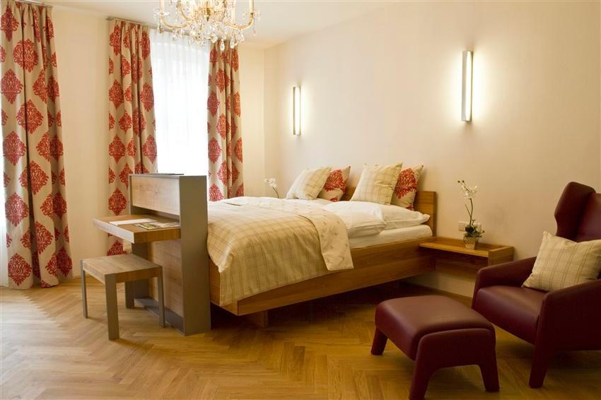 Wohlfühlatmosphäre mit edlen Textilien, Wittmannmöbeln und Bankettboden im Zimmer sechs © Kastner new media