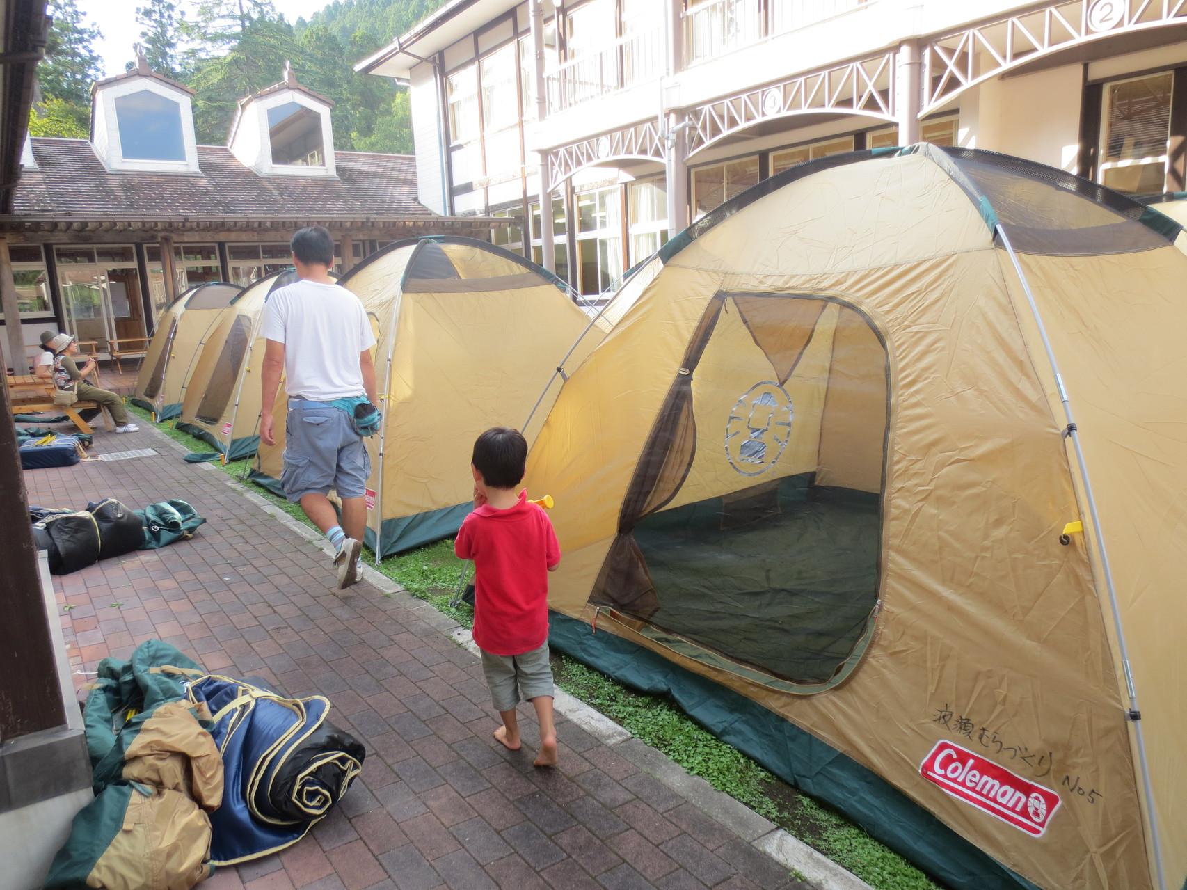 パパたちと一緒に学校の中庭にテントを張りました☆
