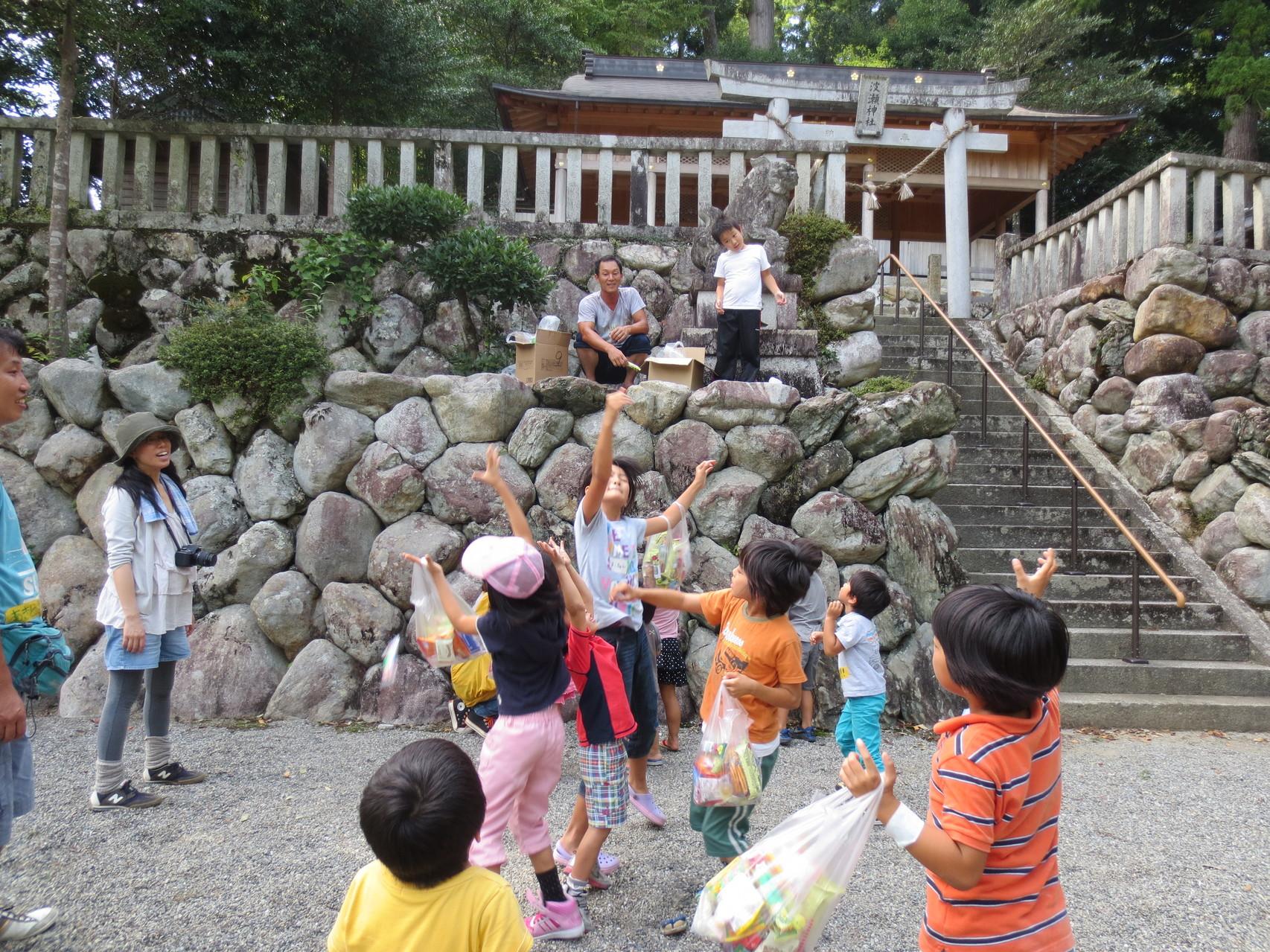 フィナーレは波瀬神社での菓子まきで大盛り上がり!!!