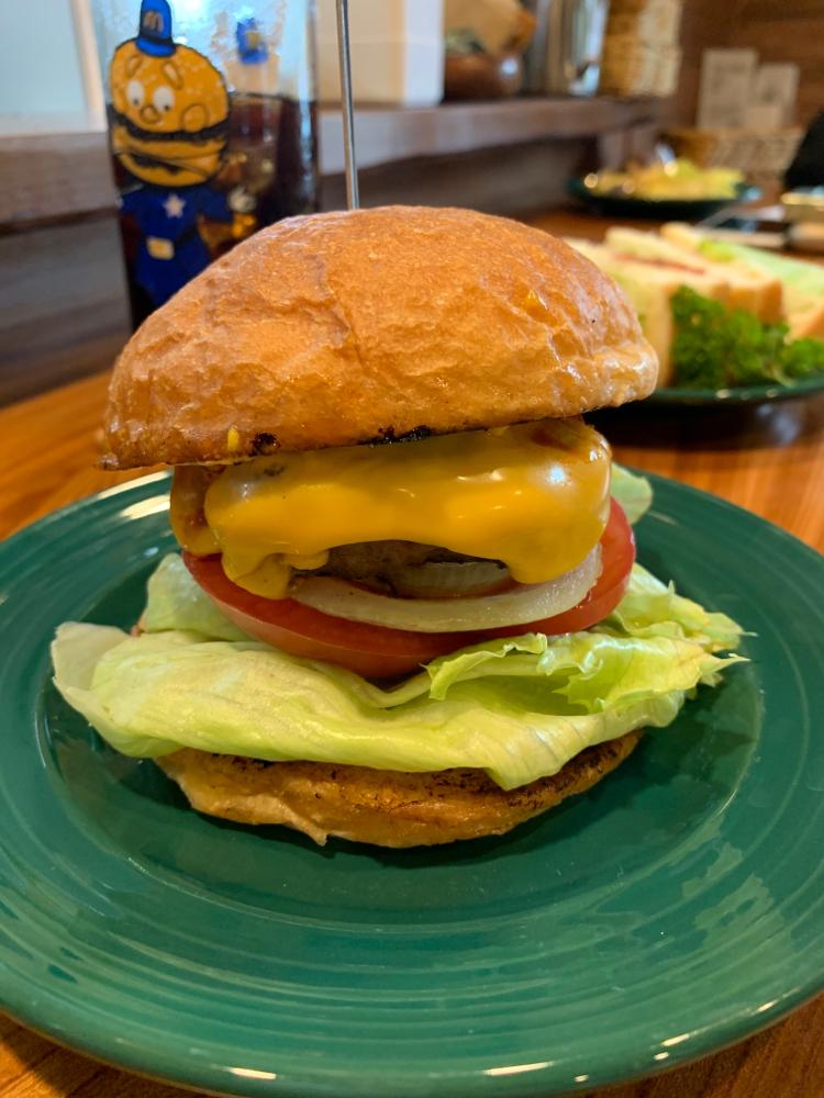 当店一番人気メニューはボリューム満点のハンバーガー!
