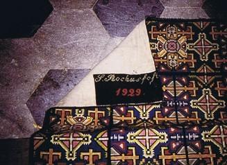 Teppich auf den Altarstufen, gefertigt von Alt Patschkauer Frauen 1929, (RL)