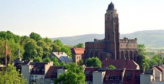 Kirche St. Johannis Ev., im Hintergrund das Reichensteiner Gebirge