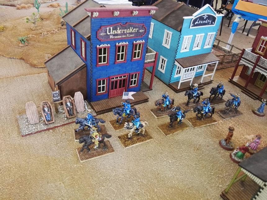 Le Giacche Blu attraversano il villaggio...