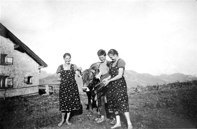 Alpe Schetteregg; Pers. v. li.: Geser Katharina (1917-1980, geb. Bär); Bär Jodok (?-1944, gefallen); Mätzler Maria (1914-2000, geb. Bär)
