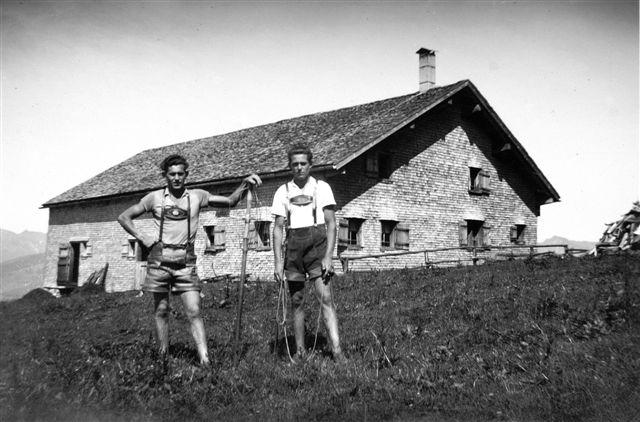 Alphütte Schetteregg mit Hirten; Rechts Feurstein, Oswald (1930-); links Bruder Feurstein, Hans (1926-2003)