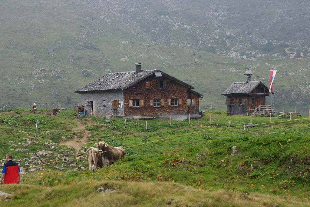 Alphütte mit Kapelle