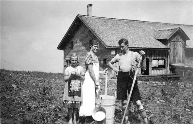 Alpsennerei Schetteregg; Pers. v. li.: Gastmädchen; Mätzler Maria (1914-2000, geb. Bär); Bär Jakob (1913-1999)