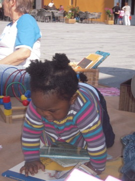 les enfants lisent aux enfants,