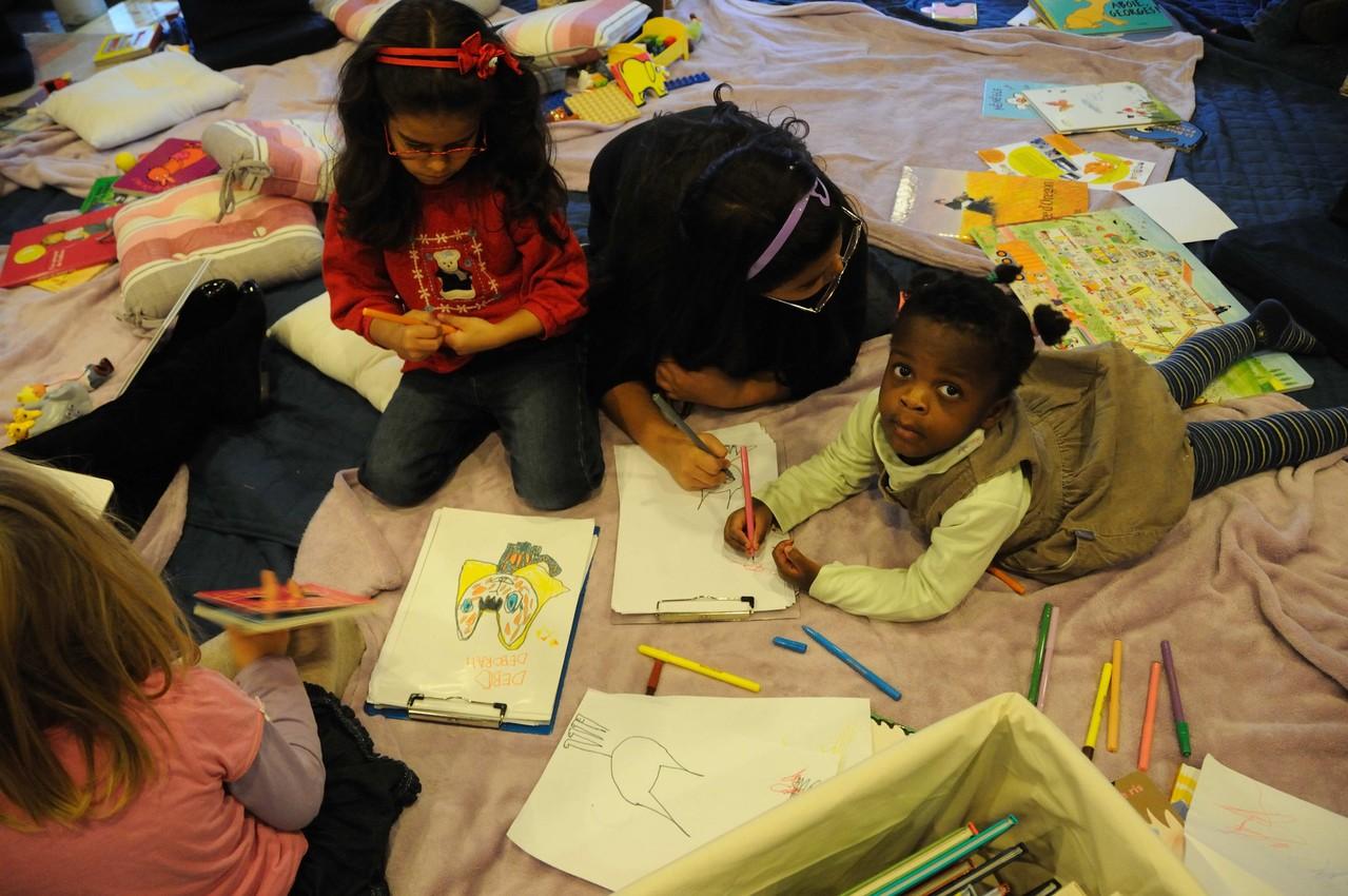 Nous nous installons à côté d'eux pendant qu'ils dessinent ou jouent aux duplos et nous nous mettons à lire.