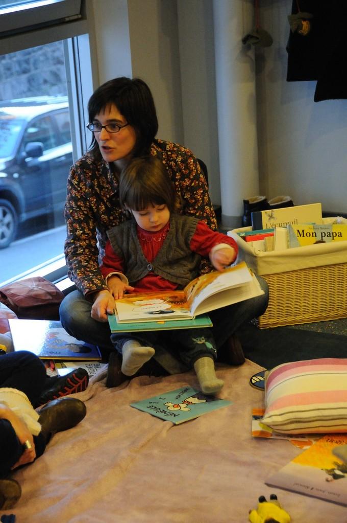 """Certains enfants """"demandeurs"""" nous amènent le livre de leur choix."""