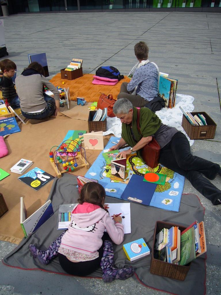 L'enfant peut choisir son histoire, jouer, dessiner...