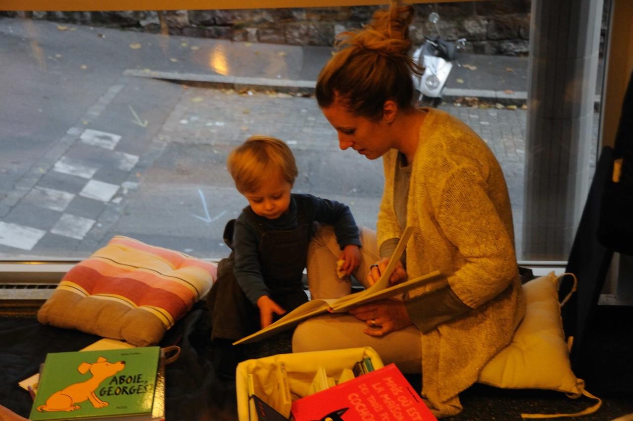 Une maman et son enfant lit, tourne les pages de …...