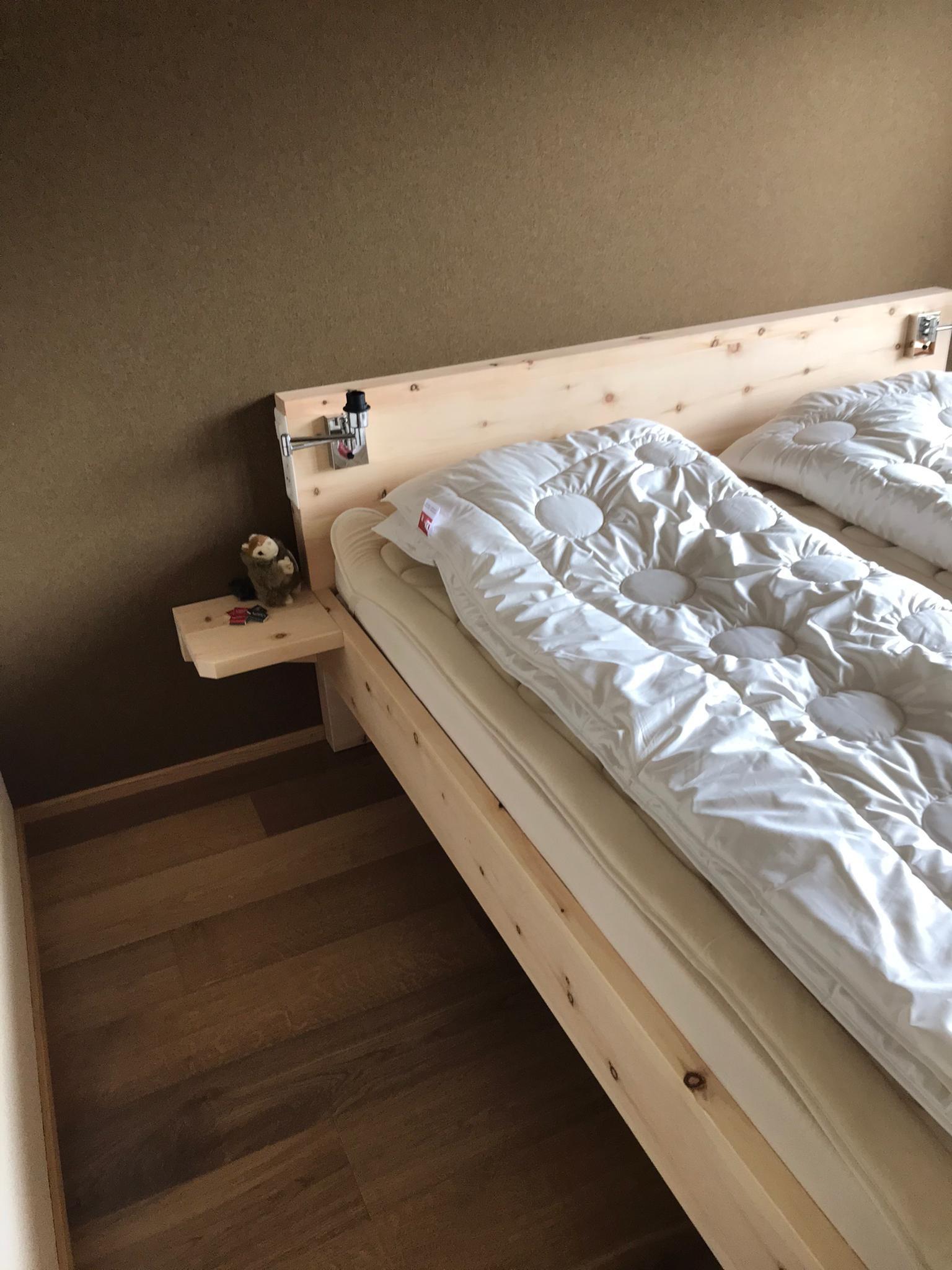 Arven Bett, roh - mit dem natürlichen Bettinhalt von Hüsler Nest. Alle Verbindungen ohne Metall!