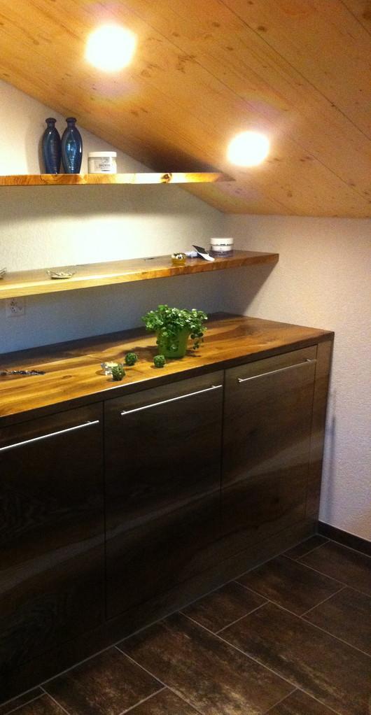 Individueller Badezimmerschrank aus Nussbaum mit Ablage und Tablar