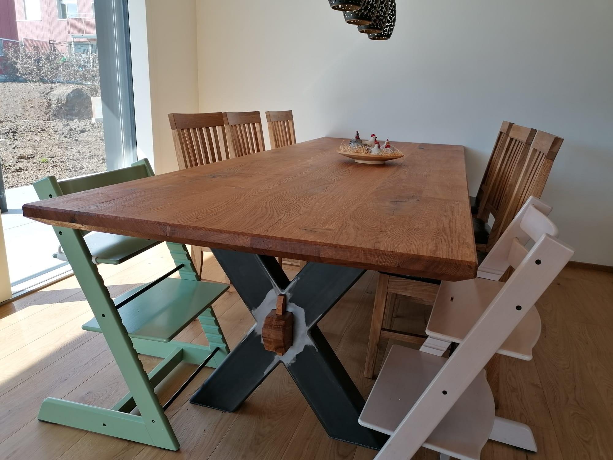 Tisch in Eiche mit Metall kombiniert