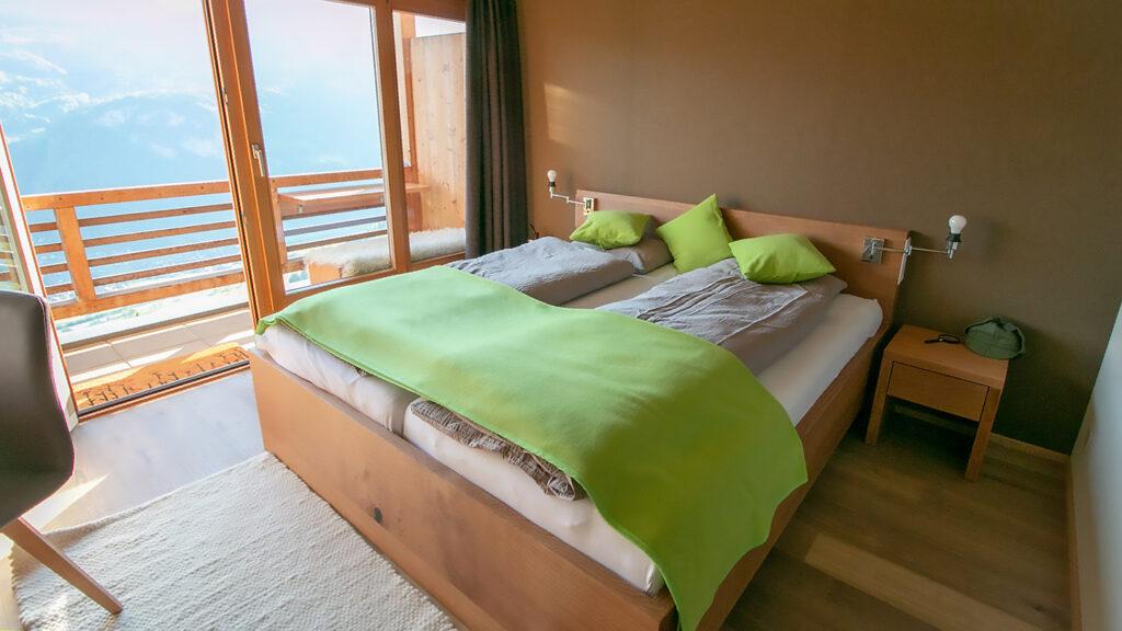 Bett in Eiche mit passendem Nachttischli