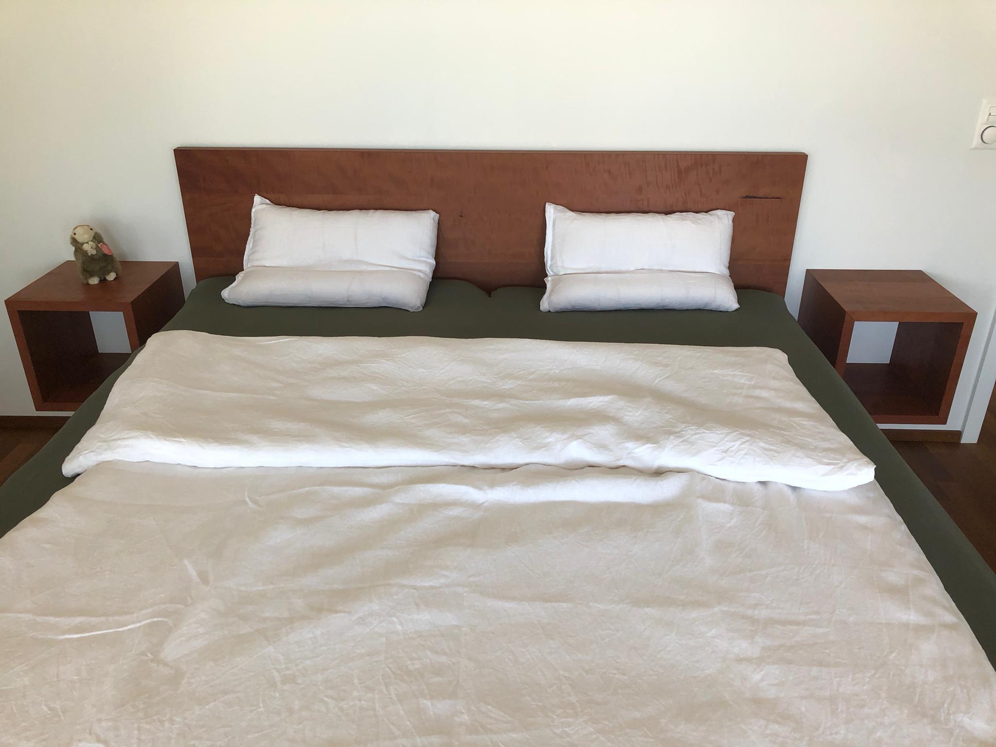 Birnen Holz Bett mit passenden Nachttisch Würfeln