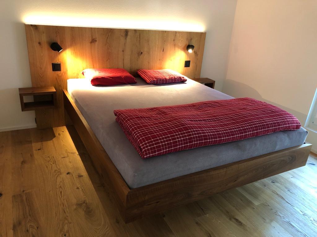 Nussbaum Bett mit Parkett- Kopfteil & integrierten Lichtquellen