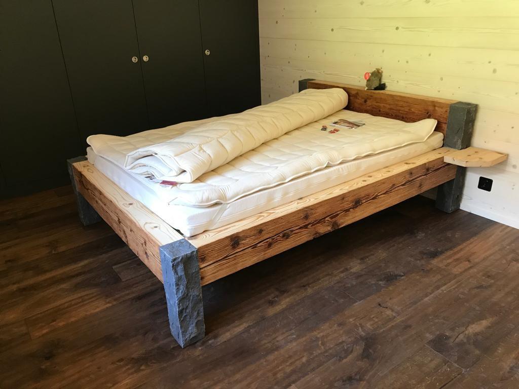 Lungerer Altholz Bett mit GUBER STEINEN