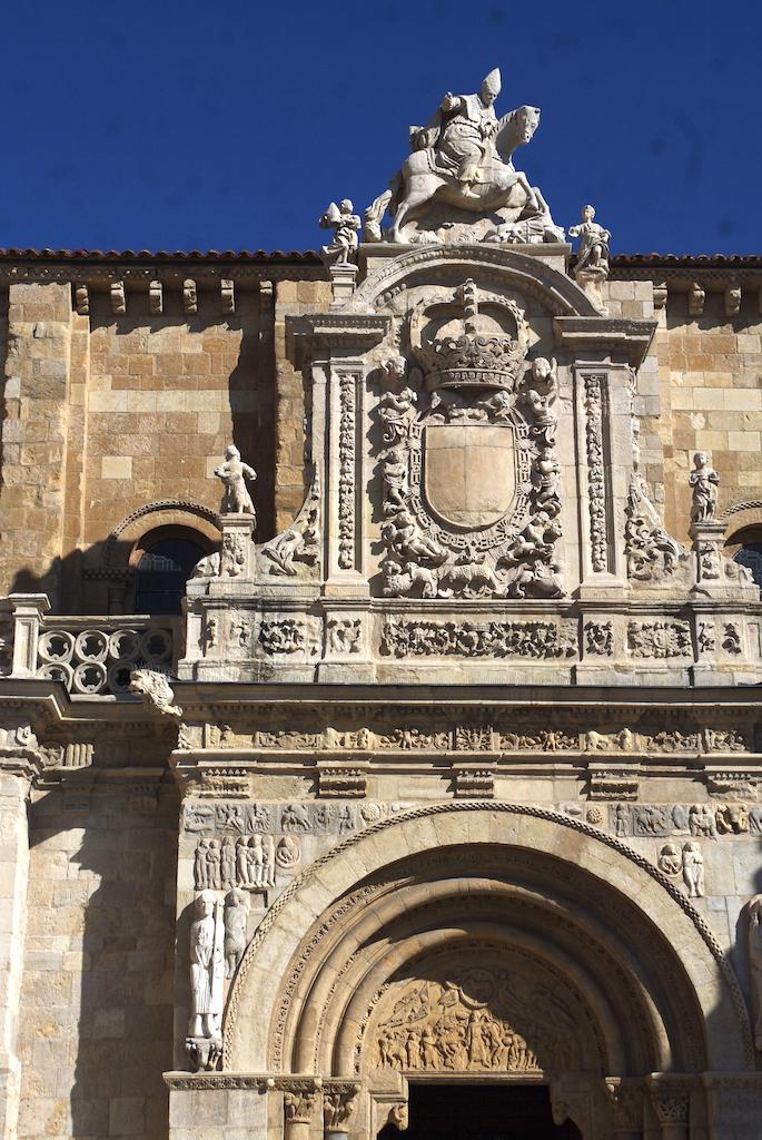 Portail de la basilique collégiale royale Saint-Isidore