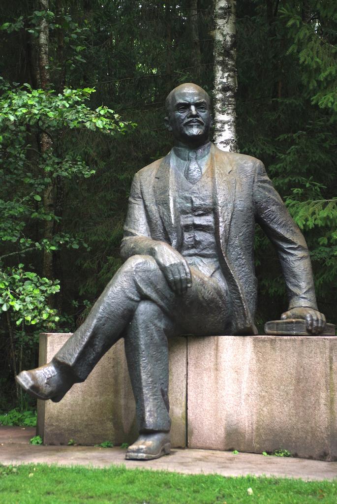 Une rare statue de Lénine le montrant assis, main sur un livre !