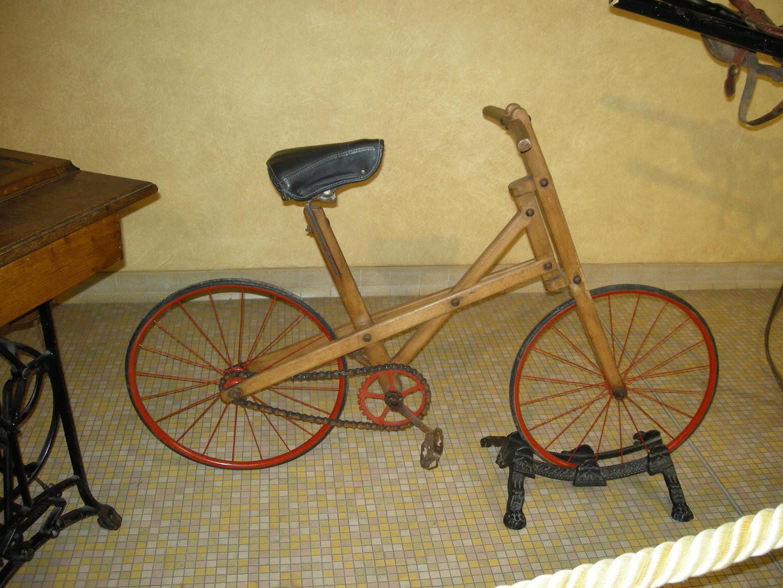Vélo en bois pour enfant.
